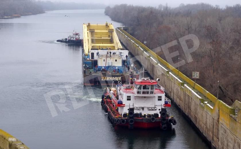 Самый большой в Европе плавучий кран «Захарий» прибыл в Никополь