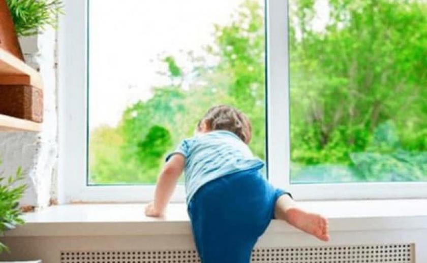 В Никополе малыш выпал из окна