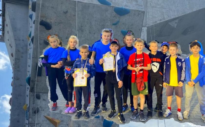 Юные скалолазы Никополя взяли 7 медалей на всеукраинском турнире в Харькове