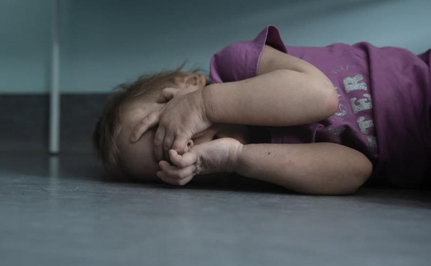 Бутылки и антисанитария: в Никополе у недобросовестной матери отобрали маленьких детей