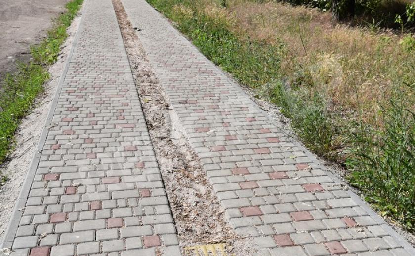 В Никополе исчезает тактильная плитка с нового тротуара